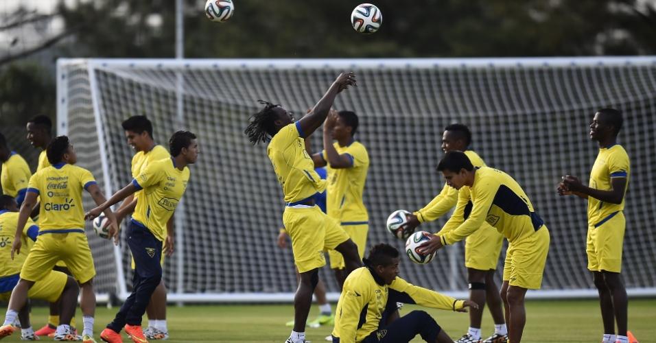Jogadores do Equador participam de treino em Viamão, no Rio Grande do Sul