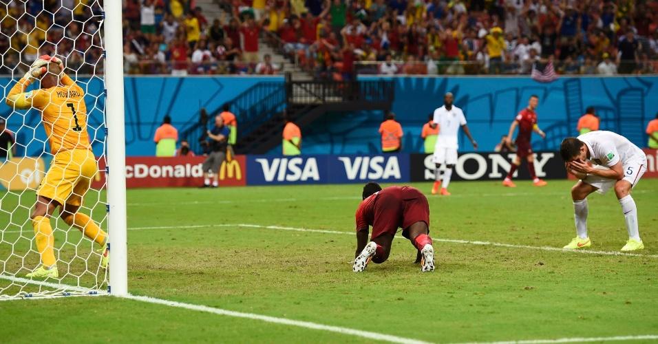 Jogadores do Estados Unidos se lamentam após Portugal empatar a partida no último minuto de jogo