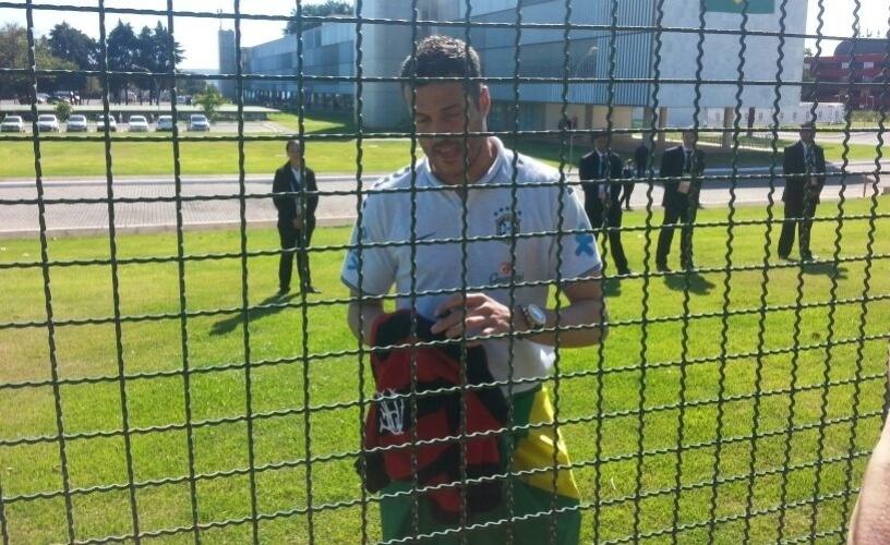 Julio Cesar atende torcedores no hotel da seleção
