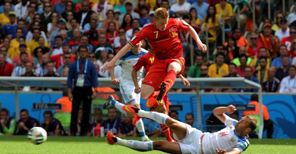 Kevin De Bruyne pula para escapar de carrinho de Berezutsky em jogo entre Bélgica e Rússia