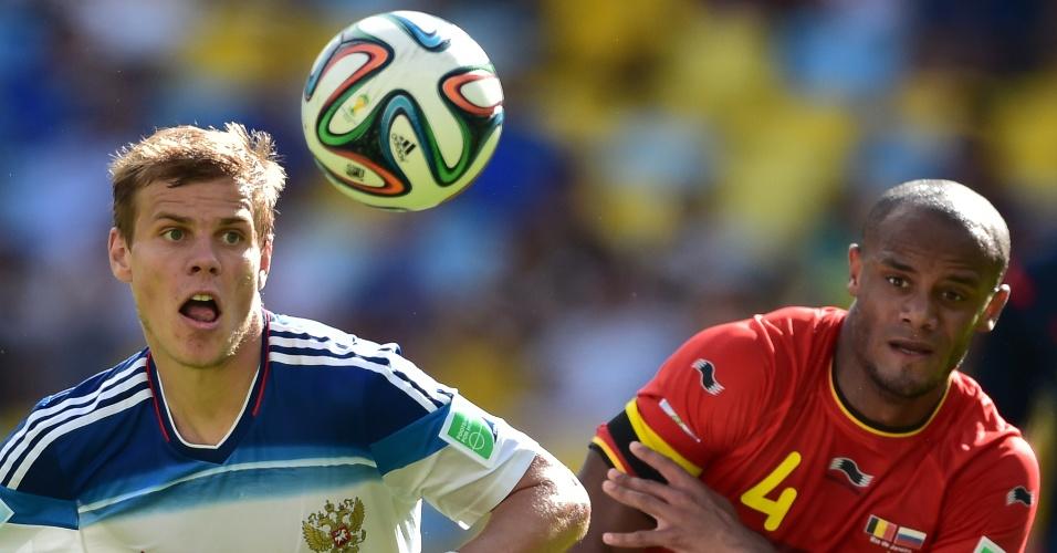 Kokorin e Kompany disputam bola em partida entre Bélgica e Rússia