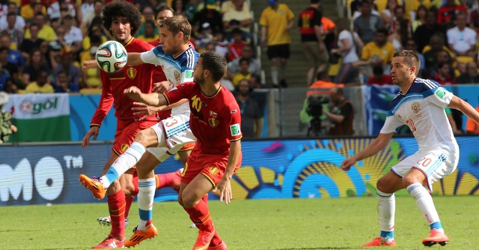 Kombarov domina a bola entre dois jogadores da Bélgica