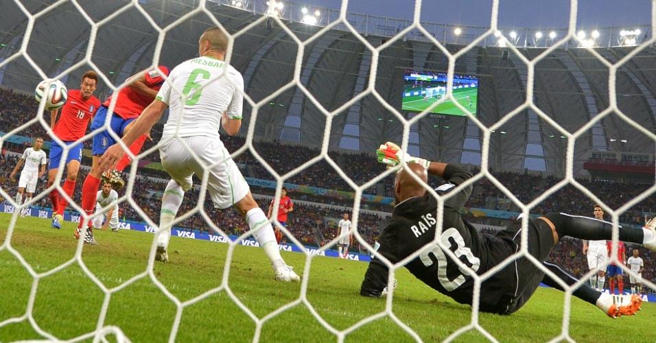 22.jun.2014 - Koo Ja-Cheol, da Coreia do Sul, marca o segundo da seleção contra a Argélia no Beira-Rio