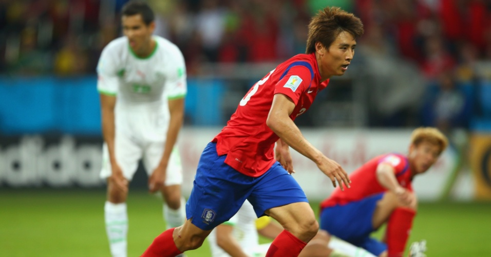 22.jun.2014 - Koo Ja-Cheol, da Coreia do Sul, vibra ao marcar o segundo contra a Argélia e manter a equipe viva no jogo no Beira-Rio