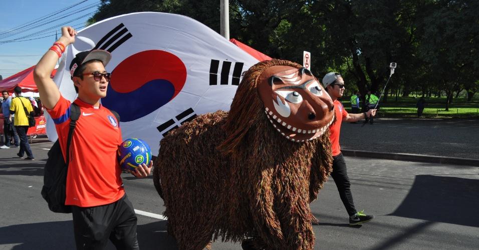 22.jun.2014 - Leão tradicional na cultura sul-coreana desfila em frente ao Beira-Rio