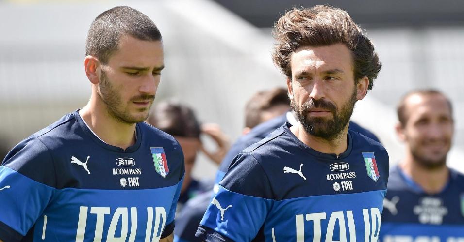Leonardo Bonucci (esq.) e Andre Pirlo correm durante treino da Itália em Natal. Azzurra tem jogo decisivo contra o Uruguai na próxima terça