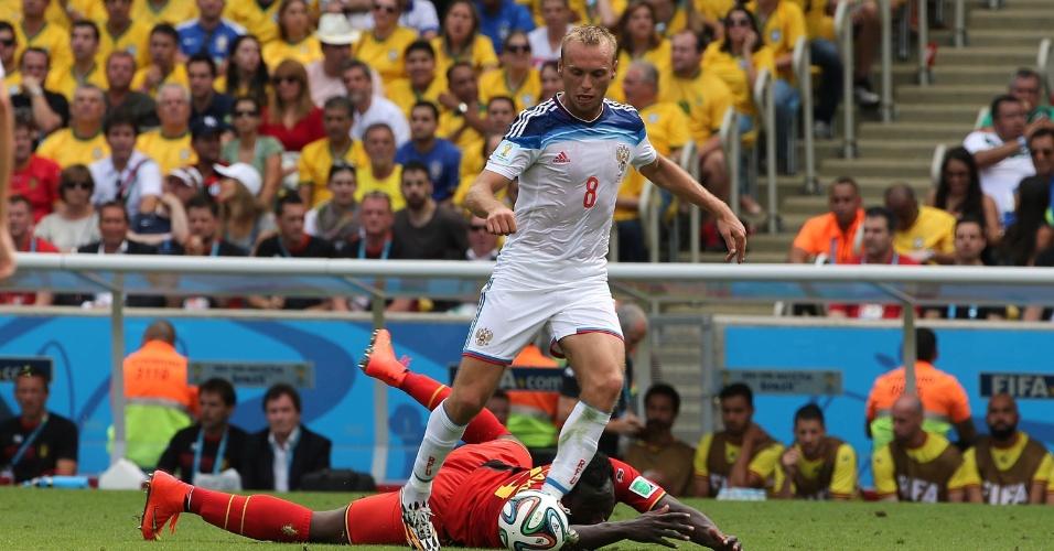 Lukaku, da Bélgica, cai após disputa de bola com Glushakov, meia da Rússia