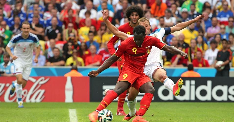 Lukaku protege a bola durante partida entre Bélgica e Rússia