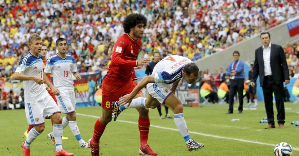 Marouane Fellaini e Sergei Ignashevich disputam bola durante partida entre Bélgica e Rússia, no Maracanã