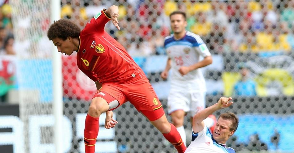 Maxim Kanunnikov desarma alex Witsel durante partida entre Bélgica e Rússia, no Maracanã