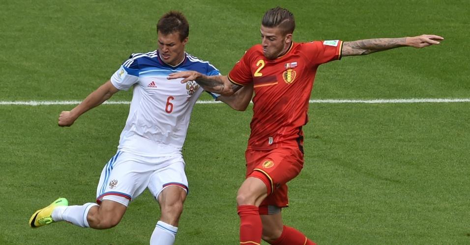 Maxim Kanunnikov tenta chute enquanto é marcado de perto por Toby Alderweireld  durante partida entre Bélgica e Rússia