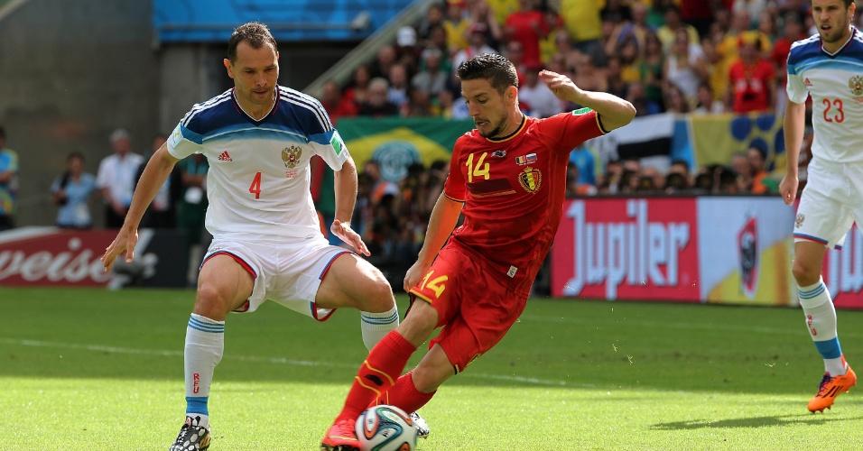 Mertens conduz bola enquanto é marcado de perto por zagueiro da Rússia