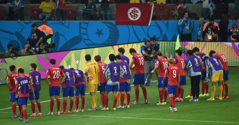 22.jun.2014 - Mesmo com a derrota por 4 a 2 para a Argélia, jogadores da Coreia do Sul saúdam seus torcedores no Beira-Rio
