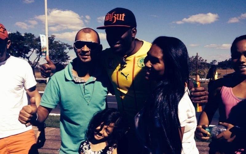 Mike Bryant, estudante camaronês que mora em Brasília, fingiu ser jogador da seleção e enganou torcedores
