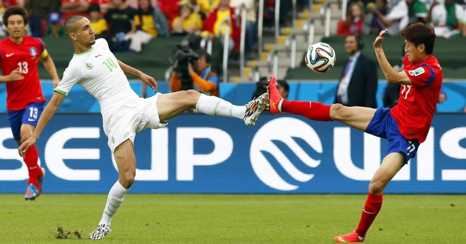 22.jun.2014 - Nabil Bentaleb (esquerda), da Argélia, divide a bola com Lee Chung-Yong, da Coreia do Sul, durante o jogo no Beira-Rio
