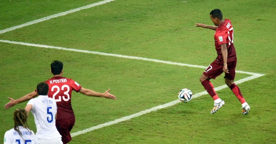 Nani ajeita o corpo para chutar e abrir o placar para Portugal na Arena Amazônia