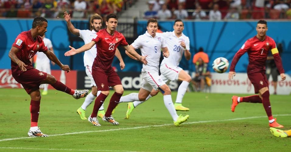 Nani, de Portugal, finaliza de direita para marcar o primeiro gol da partida contra os Estados Unidos