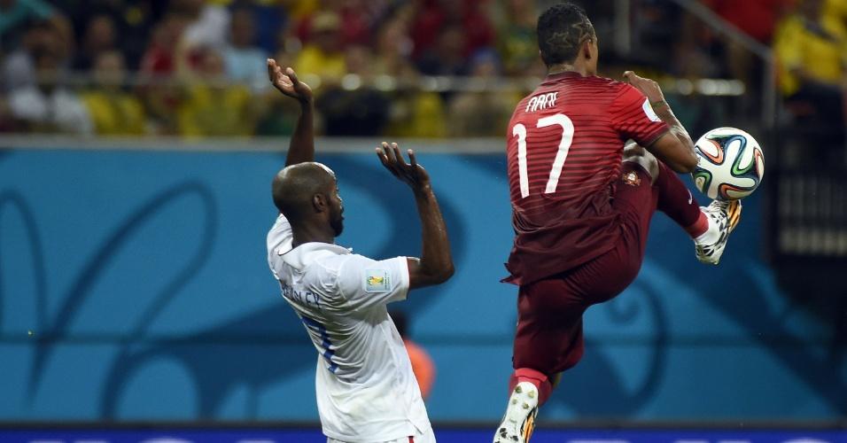 Nani, de Portugal, salta para dominar a bola enquanto é marcado de perto por jogador norte-americano
