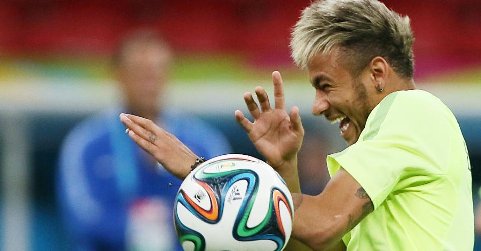 Neymar cai na gargalhada após levar bolada durante treino do Brasil, no Mané Garrincha