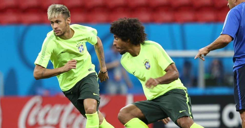 Neymar e Dante disputam bola na corrida no último trabalho do Brasil antes do jogo contra Camarões, em Brasília