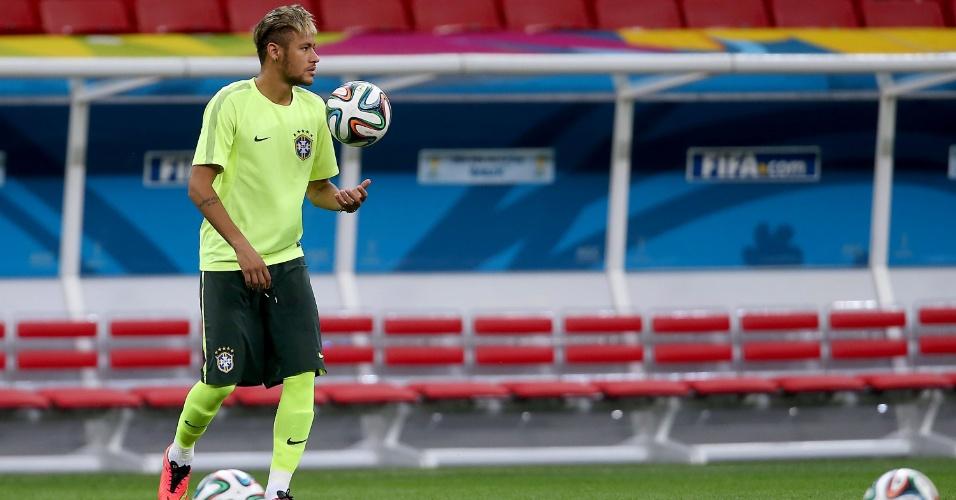 Neymar equilibra bolas antes de treinamento no Mané Garrincha