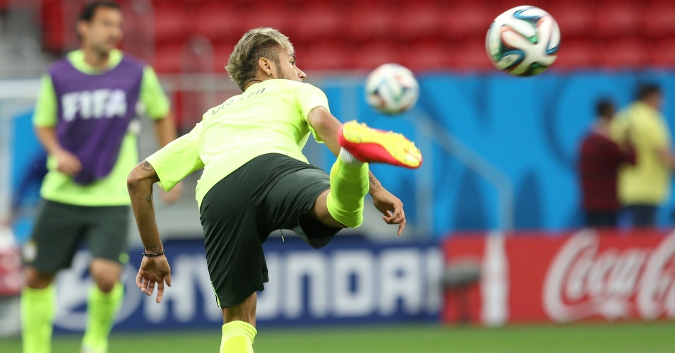Neymar faz acrobacia durante treinamento do Brasil, em Brasília