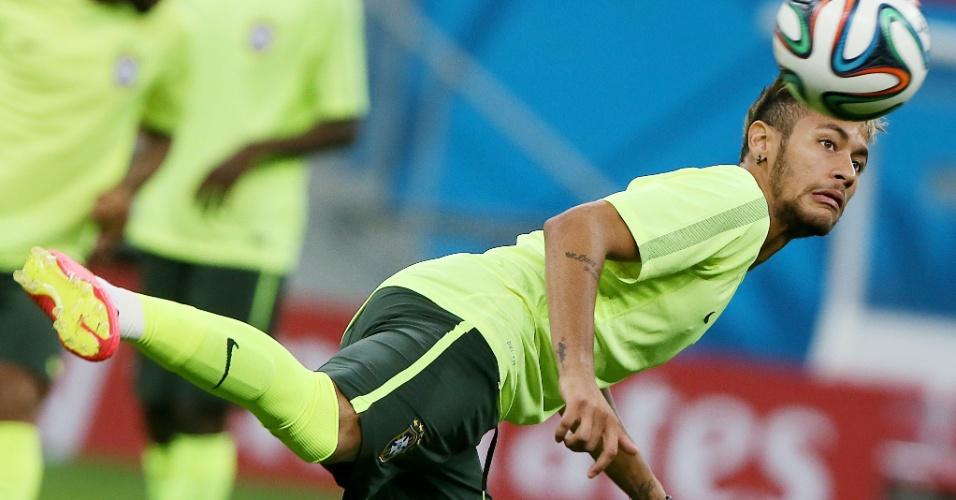 Neymar mostra intimidade com a bola durante treinamento do Brasil, no Mané Garrincha