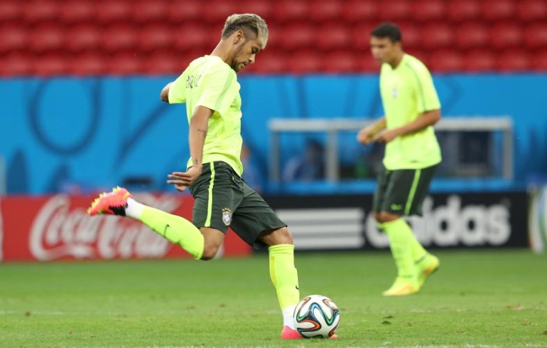 Neymar prepara chute no treino da seleção brasileira, no estádio Mané Garrincha