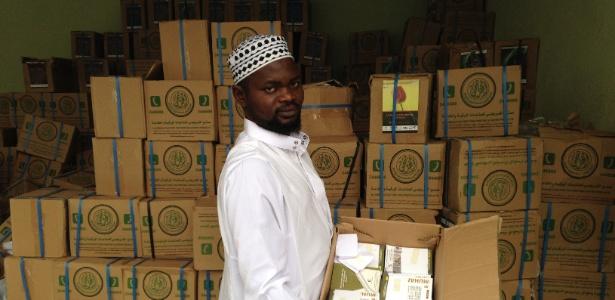 Nigeriano, na mesquita de Cuiabá, com livros traduzidos que estão sendo distribuídos