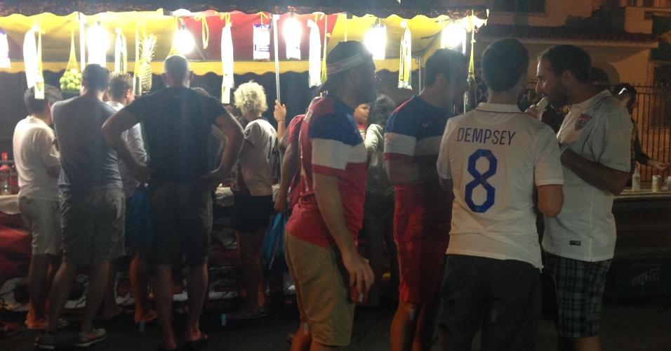 Norte-americanos invadem praça de Manaus para assistir aos jogos dos EUA na Copa do Mundo