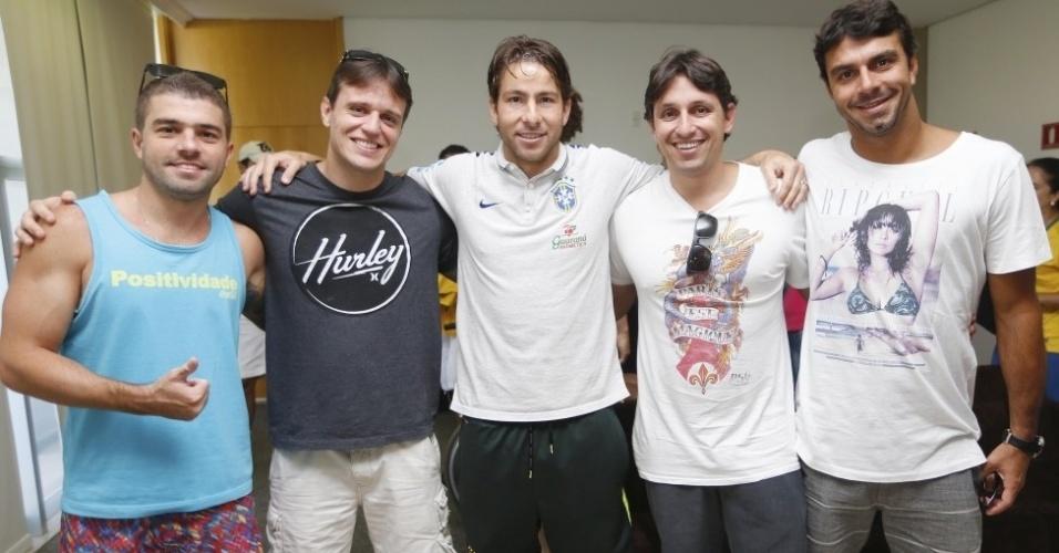 O lateral Maxwell e outros jogadores receberam a visita de familiares e amigos em uma área reservada fora do hotel em que a equipe está concentrada