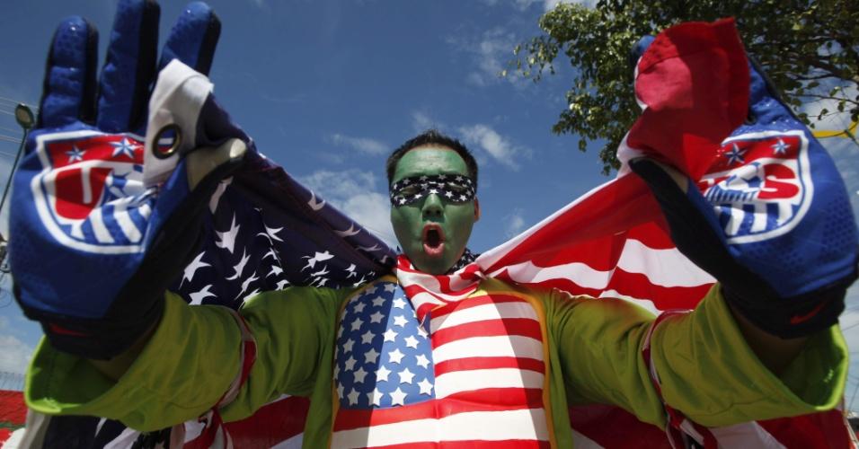 O torcedor americano sempre mostra o orgulho por seu país e ostenta a bandeira dos Estados Unidos sempre que possível