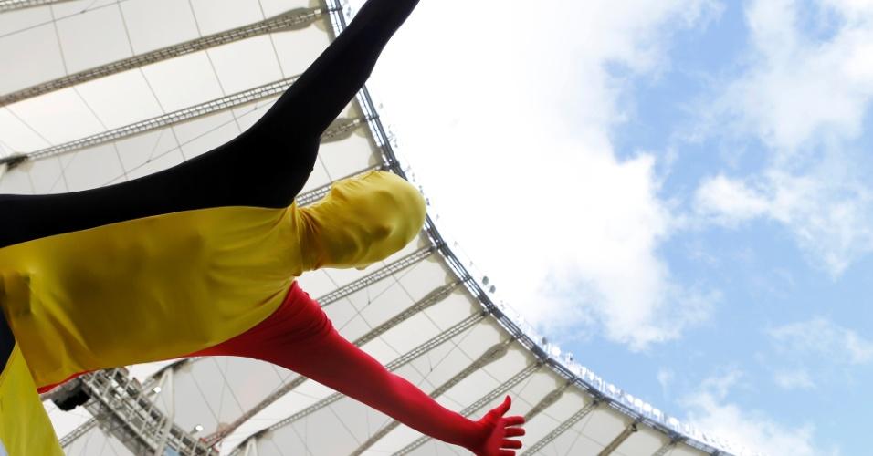 O torcedor belga parece estar voando pelo Maracanã para dar força à sua seleção no jogo contra a Rússia