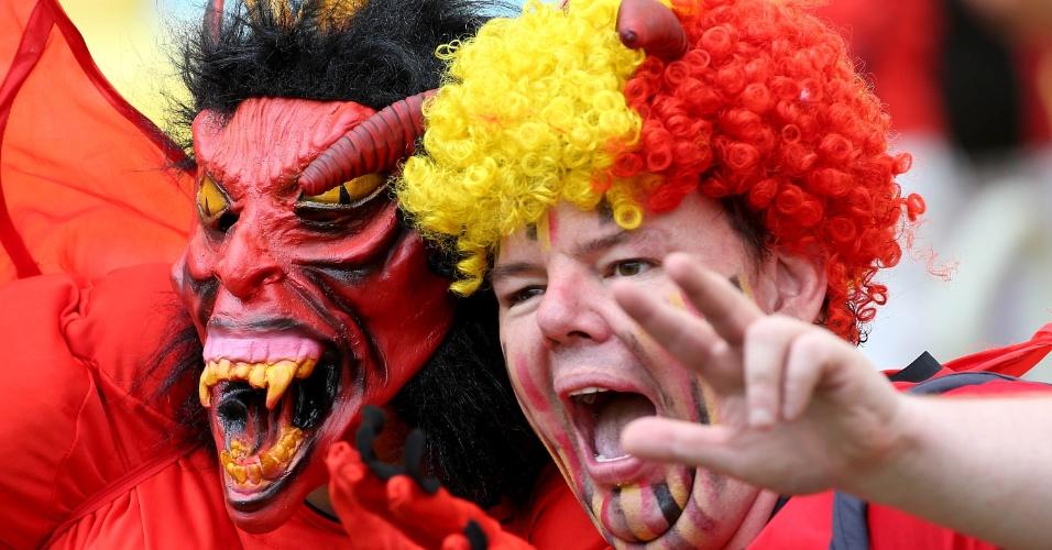 Pelo menos na arquibancada, os diabos vermelhos estão conseguindo assustar os adversários com máscaras cheias de detalhes