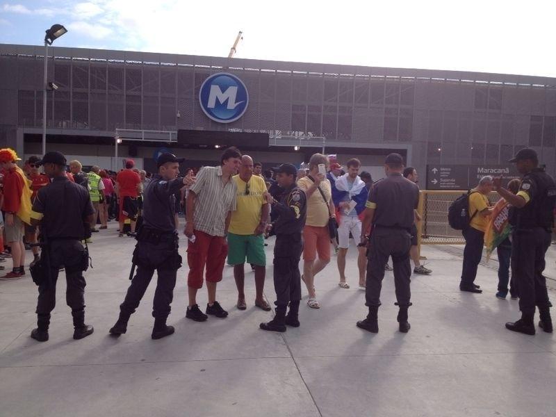 Policiais orientam torcedores na saída do metrô próximo ao Maracanã