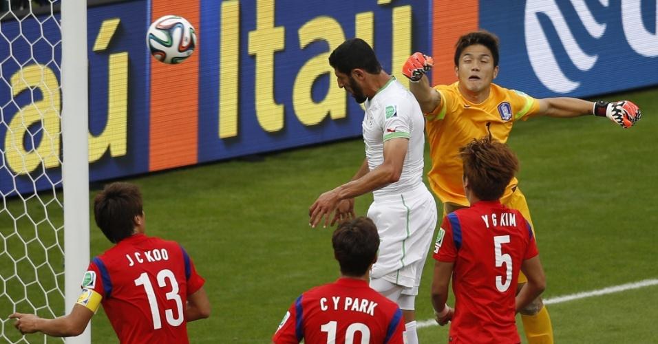 22.jun.2014 - Rafik Halliche, da Argélia, se antecipa ao goleiro Sung-Ryong, da Coreia do Sul, e marca o segundo no Beira-Rio