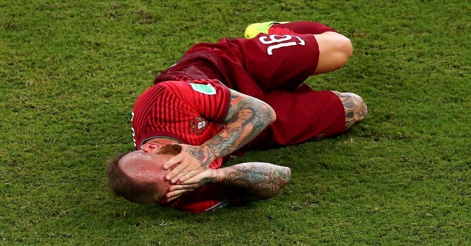 Raul Meireles, de Portugal, cai no gramado com a mão no rosto após dividida