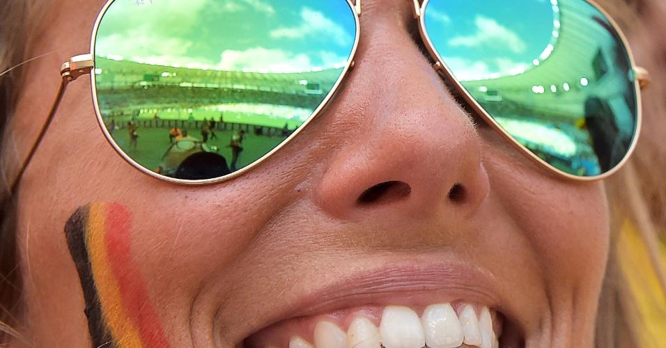 Reflexo dos óculos da torcedora belga mostra o Maracanã no confronto contra a Rússia