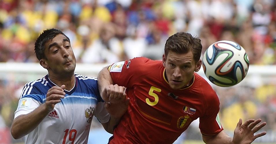 Samedov e Vertonghen disputam bola durante partida entre Bélgica e Rússia