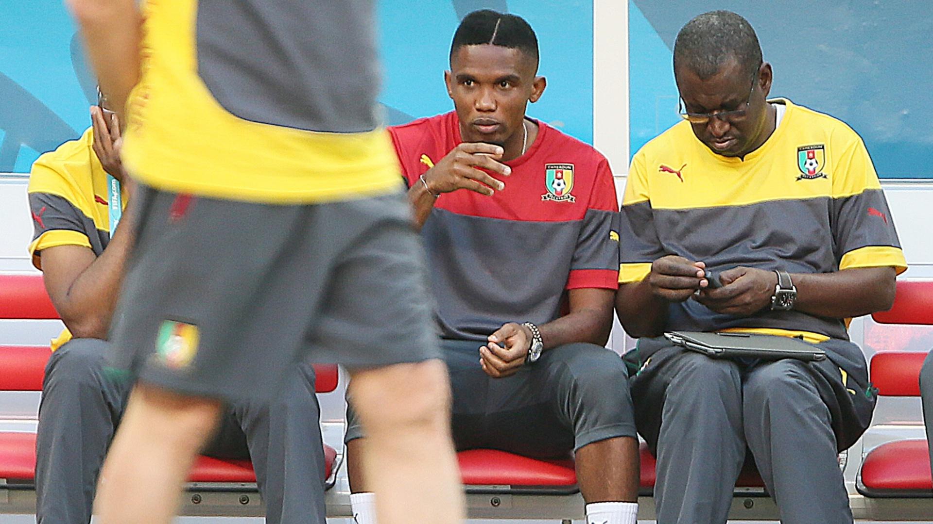 Samel Eto'o conversa com integrantes de Camarões durante treino da seleção africana, um dia antes de duelo com o Brasil