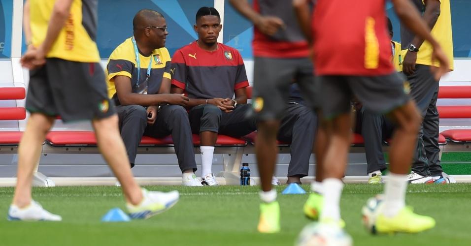 Samuel Eto'o aparece sentado no banco durante treino da seleção de Camarões no Mané Garrincha, palco do jogo contra o Brasil nesta segunda-feira