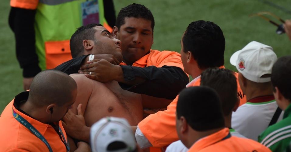 22.jun.2014 - Seguranças abordam torcedor dentro do estádio Beira-Rio, antes do jogo entre Coreia do Sul e Argélia