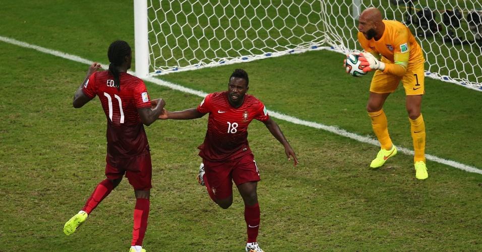 Silvestre Varela (nº 18) cumprimenta Éder após marcar o gol de empate já nos acréscimos e manter Portugal vivo na Copa do Mundo