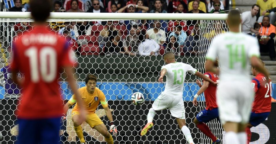 22.jun.2014 - Slimani, da Argélia, completa para o gol e abre o placar na vitória por 4 a 2 contra a Coreia do Sul