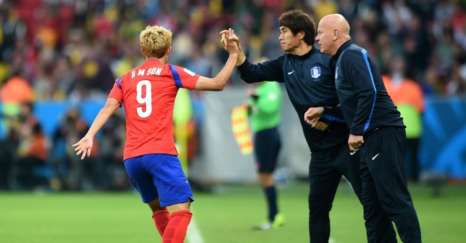 22.jun.2014 - Son Heung-Min comemora com a comissão técnica da Coreia do Sul após marcar o primeiro da seleção contra a Argélia