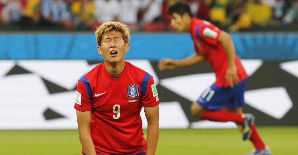 22.jun.2014 - Son Heung-Min, da Coreia do Sul, mostra todo abatimento após jogada desperdiçada na partida contra a Argélia, no Beira-Rio