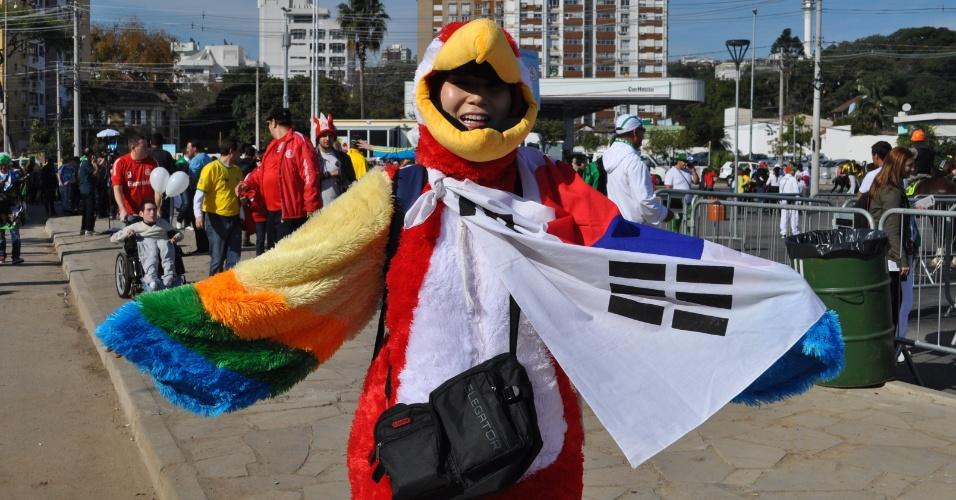 22.jun.2014 - Sul-coreana vestida de pássaro passa calor no Beira-Rio antes de jogo