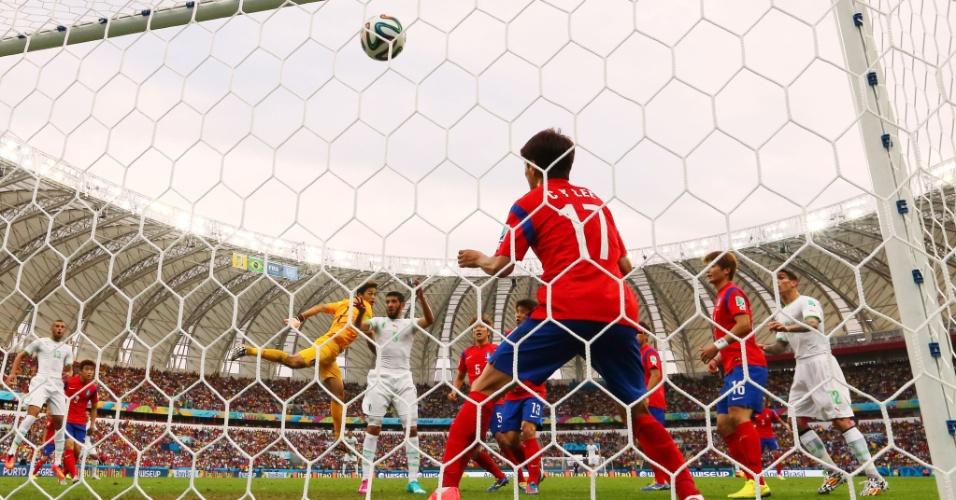 22.jun.2014 - Sul-coreano Lee Chung-Yong tenta defender, mas não consegue impedir o gol de Rafik Halliche, da Argélia