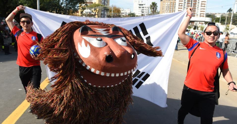 22.jun.2014 - Sul-coreanos levam a cultura do país para o Beira-Rio, palco da partida contra a Argélia