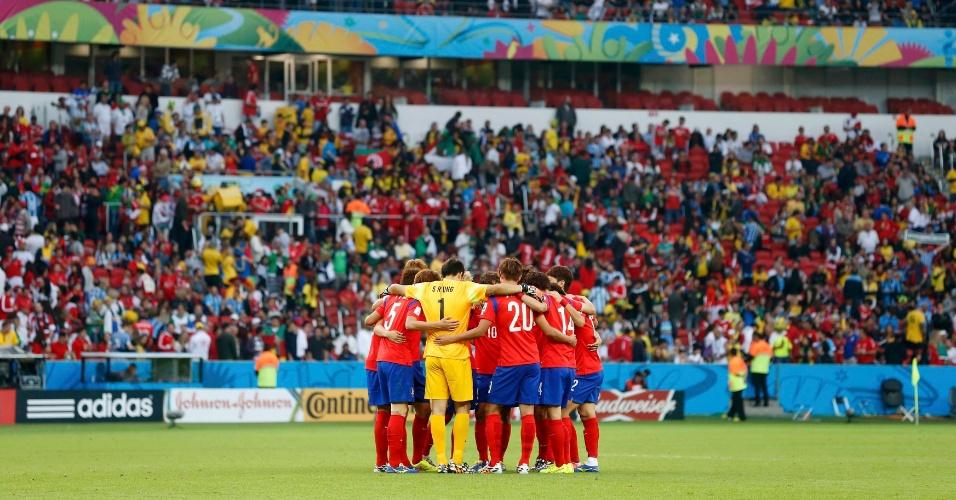22.jun.2014 - Sul-coreanos se reúnem antes do início do segundo tempo contra a Argélia, no Beira-Rio